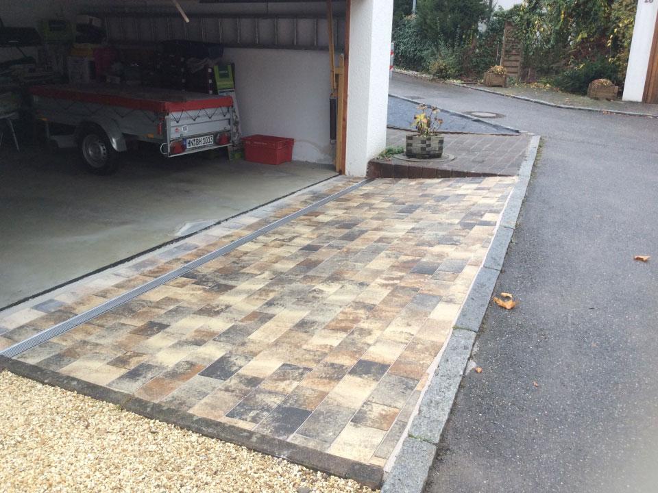 Garageneinfahrt neu gepflastert und Ablaufrinnen aus Edelstahl eingebaut in Weinsberg - Gartenparadies E. + L. Schmalz GbR