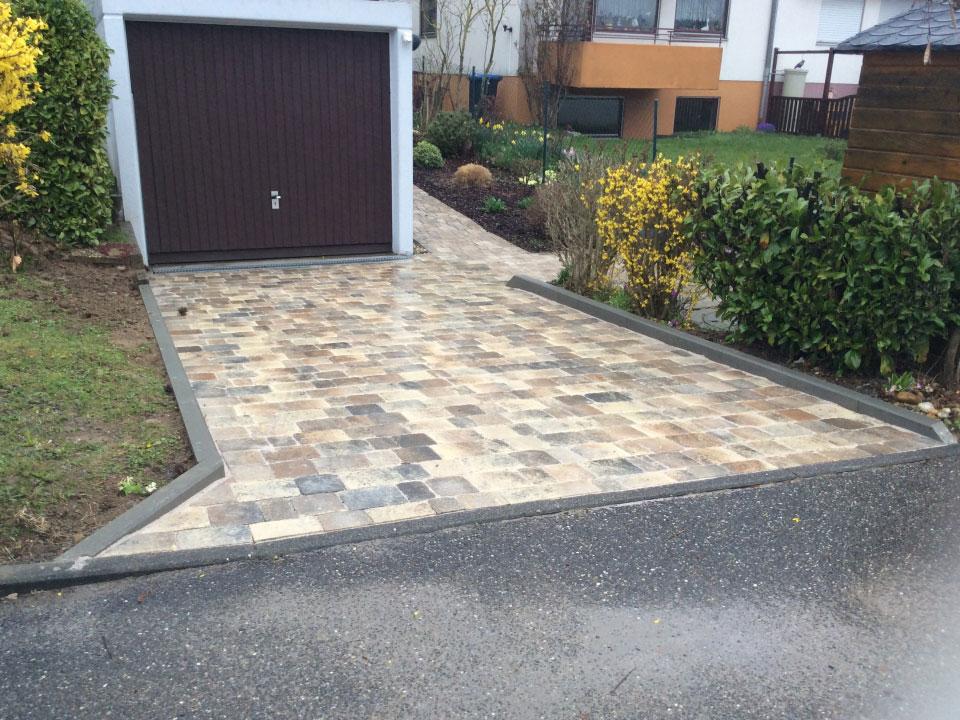 Garageneinfahrt Randsteine und Regenrinnen eingebaut, Pflastersteine verlegt - Gartenparadies E. + L. Schmalz GbR