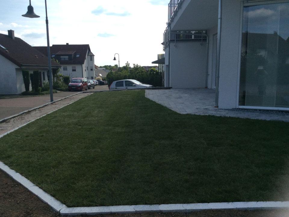 Gartenneuanlage, Terrasse, Randsteine, Rasenmähkante und Rollrasen angelegt in Ödheim - Gartenparadies E. + L. Schmalz GbR
