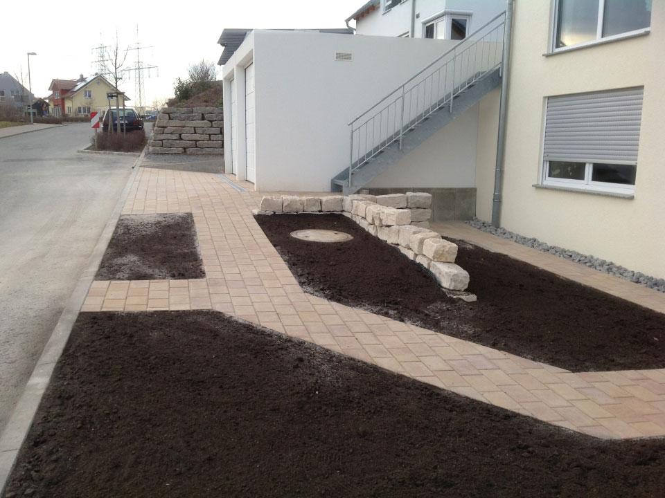 Neubau Einfahrt, Gehwege, Natursteinmauer und Beete angelegt in Nordheim - Gartenparadies E. + L. Schmalz GbR
