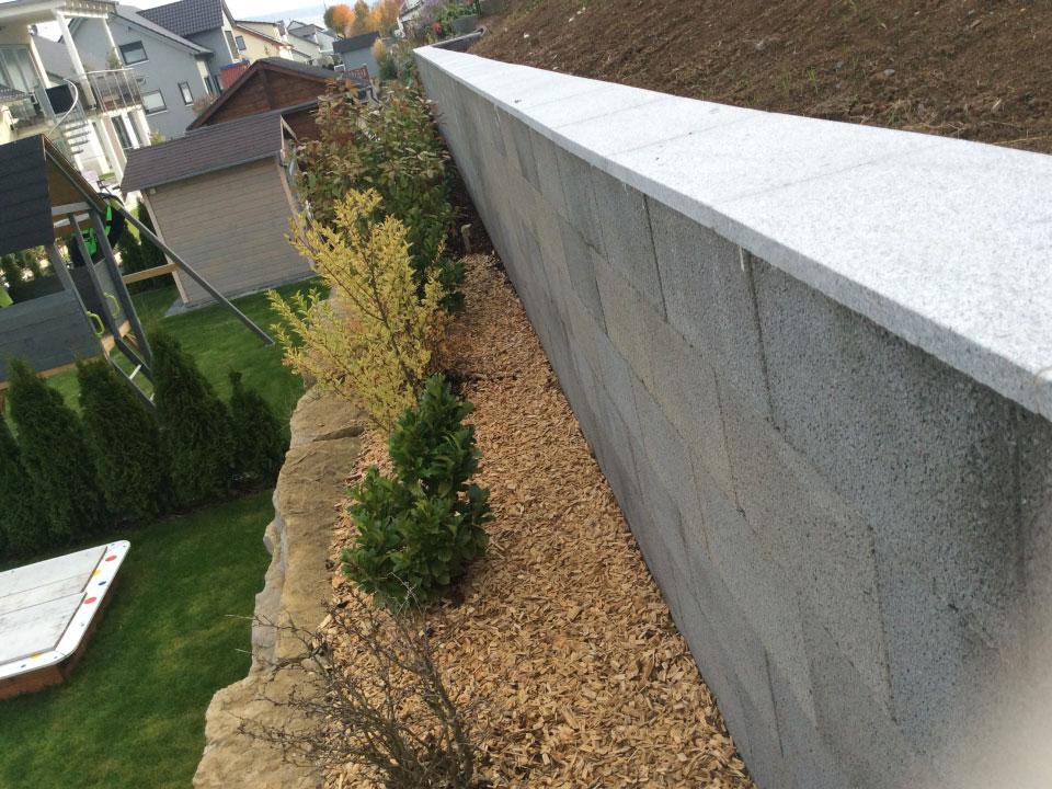 Stutzmauer aus Schalungssteinen eingebaut und mit Granit abgedeckt in Obersulm - Gartenparadies E. + L. Schmalz GbR