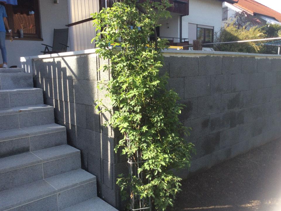 Stutzmauer aus Schalungsteinen eingebaut und Stufen mit Granit verkleidet in Abstatt - Gartenparadies E. + L. Schmalz GbR